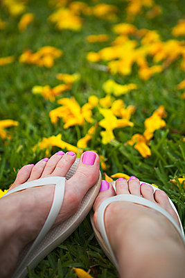 Close up of feet of woman wearing flipflops - p555m1409109 by Shestock