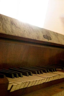 Pipe organ in a church - p637m720977 by Florian Stern