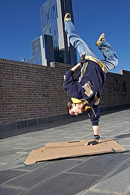 Tänzer macht Handstand - p1015m763518 von Nino Gehrig