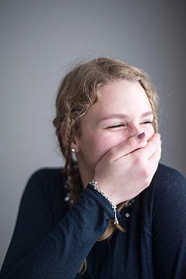 Kicherndes Mädchen - p161m894115 von Kerstin Schomburg