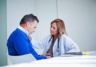 Senior female doctor comforting senior male patient, Cape Town, South Africa - p300m2281409 von LOUIS CHRISTIAN