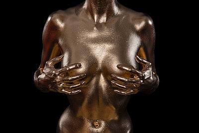 Frau in Gold - p427m963486 von Ralf Mohr