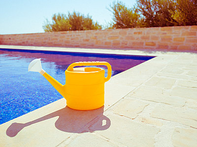 Gießkanne steht am Pool - p432m2008510 von mia takahara