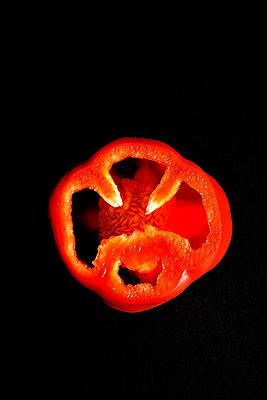 pepper cut in half - p876m1190866 by ganguin
