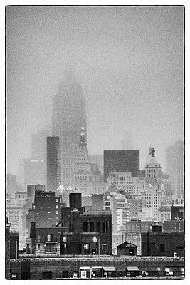 Empire State Building im Nebel - p974m1109695 von Volker Banken