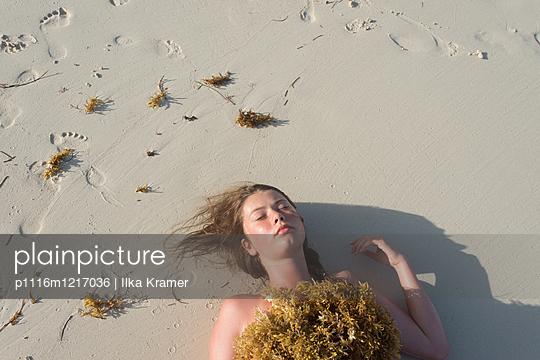 Mädchen am Strand - p1116m1217036 von Ilka Kramer