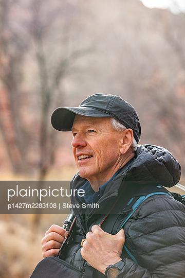 USA, Utah, Escalante, Senior man hiking in Grand Staircase-Escalante National Monument - p1427m2283108 by Steve Smith