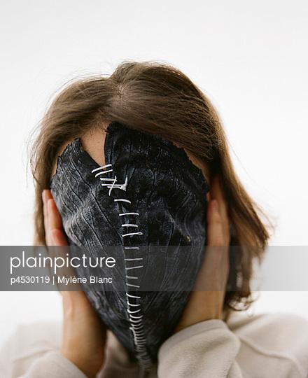 Hiding the face - p4530119 by Mylène Blanc