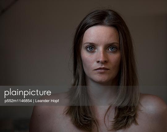Schöne Frau im Dunkeln - p552m1146854 von Leander Hopf