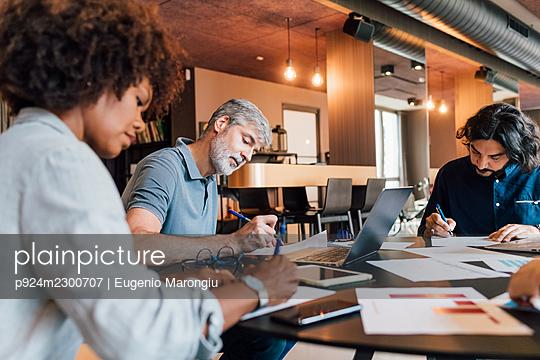 Italy, Business people having meeting in creative studio - p924m2300707 by Eugenio Marongiu