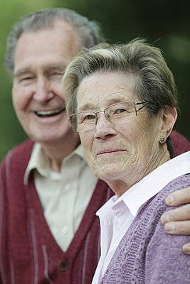 Germany, Cologne, Portrait of senior couple in park, smiling - p300m2207225 by Jan Tepass