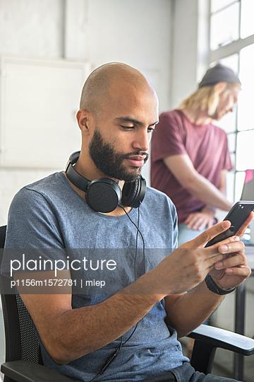 Mann mit Smartphone - p1156m1572781 von miep