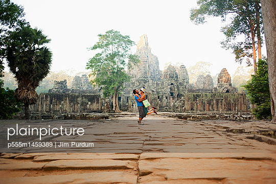 Couple visiting ancient temple, Angkor, Siem Reap, Cambodia - p555m1459389 by Jim Purdum