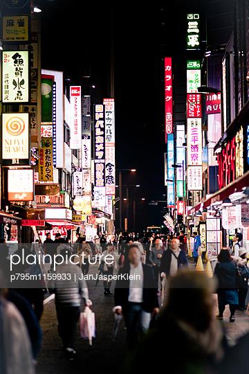 Shopping in Tokio - p795m1159933 von Janklein