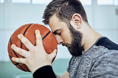 Man with basketball, closed eyes, indoor - p300m1587592 von Zeljko Dangubic