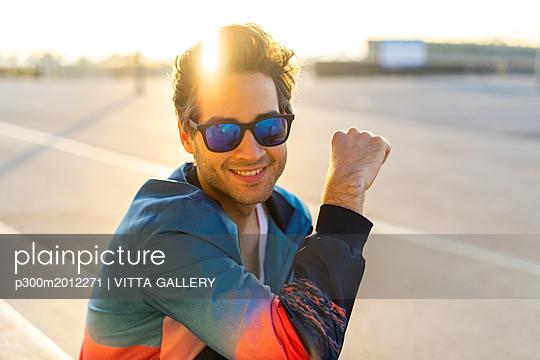 Happy man with sunglasses, portrait - p300m2012271 von VITTA GALLERY