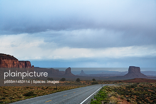Rock formations and road, Arizona, United States - p555m1453114 by Spaces Images