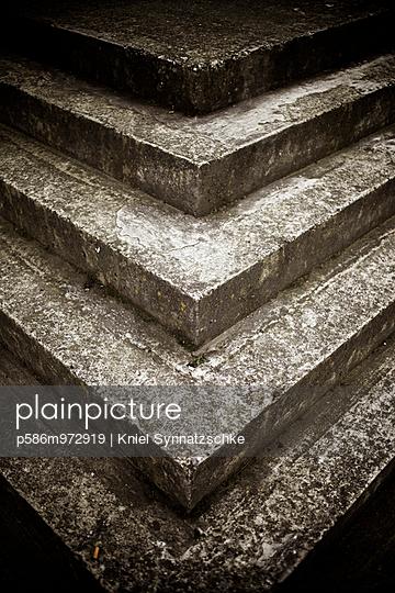 Stufen aus Stein, Detail - p586m972919 von Kniel Synnatzschke