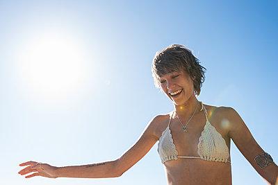 Frau am Meer - p1142m1225662 von Runar Lind