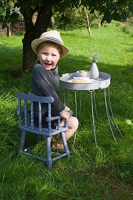 Fotoshooting im Garten - p116m1468105 von Gianna Schade