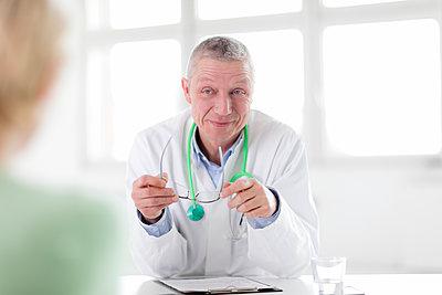 Arzt - freundlich im Gespräch - p1212m1119442 von harry + lidy