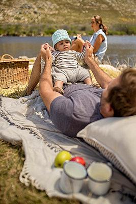 Junge Familie macht ein Picknick - p1355m1574058 von Tomasrodriguez