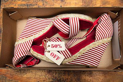 Shoes on sale in carton - p300m1588151 von zerocreatives