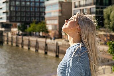 Junge Frau in Hamburg - p788m2125956 von Lisa Krechting