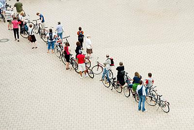 People with bikes waiting; Warteschlange; Warten; Warten - p7920005 by Nico Vincent