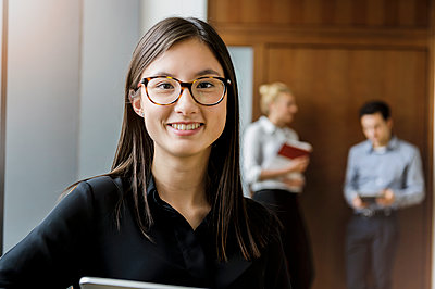 Germany, Bavaria, Munich, Portrait of young female student - p924m2271252 by suedhang photography