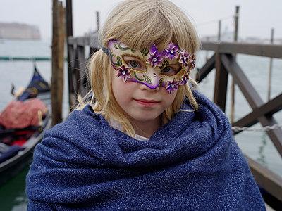 Mädchen mit Karnevalsmaske, Porträt - p945m1462547 von aurelia frey
