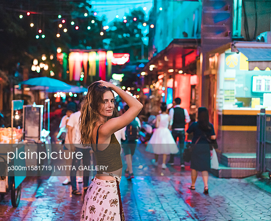 Thailand, Bangkok, young woman in the city on the street at night - p300m1581719 von VITTA GALLERY