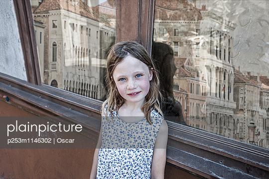 Mädchenporträt - p253m1146302 von Oscar