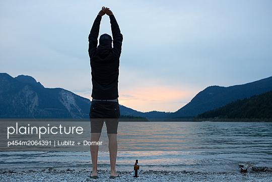 Ausstrecken - p454m2064391 von Lubitz + Dorner