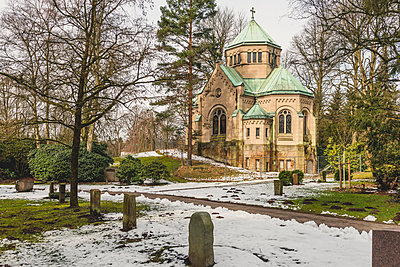 Germany, Hamburg, Ohlsdorf, grave yard, mausoleum in winter - p300m1579391 von Kerstin Bittner
