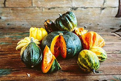 Sliced and whole pumpkins on wood - p300m1581232 von Giorgio Fochesato