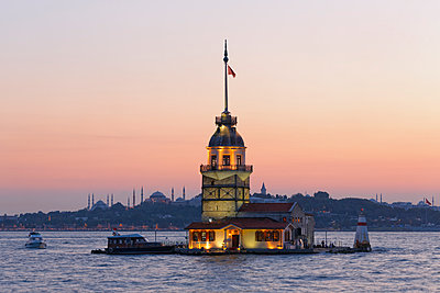 Turkey, Istanbul, View of Maidens Tower, Blue Mosque and Hagia Sophia in background - p300m879345 by Martin Siepmann