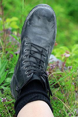 Im Gras liegen    - p450m1147275 von Hanka Steidle