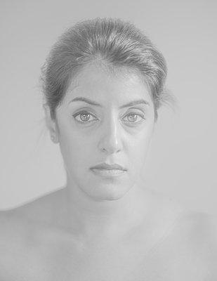 Portrait of topless woman - p552m2275766 by Leander Hopf