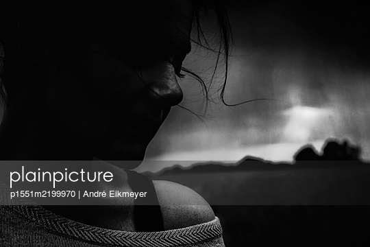 Young woman at twilight - p1551m2199970 by André Eikmeyer