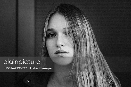Young blonde attractive woman, portrait - p1551m2199997 by André Eikmeyer