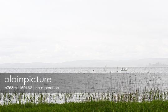 Fischerboot auf einem See im Nebel - p763m1160162 von co-o-peration