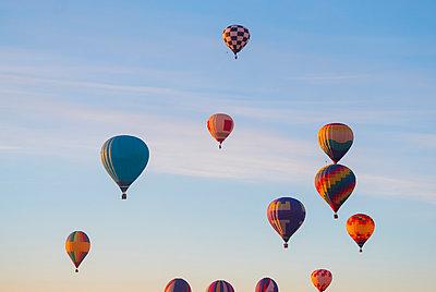 Hot air balloons flying in sky - p1166m1541770 by Cavan Social