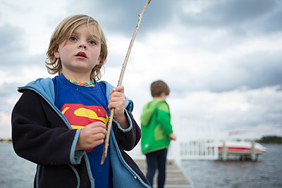 Kinder auf dem Pier - p1308m2065267 von felice douglas