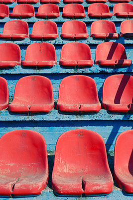 Worn-out seats on a tribune - p1400m2135202 by Bastian Fischer