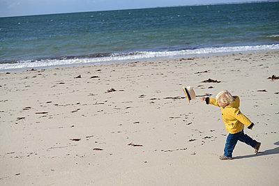 Kleiner Junge mit Hut - p1631m2217680 von Raphaël Lorand