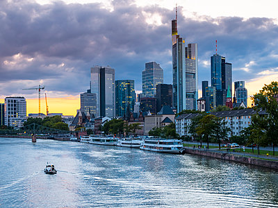 Germany, Frankfurt, River Main, skyline of finanial district in background - p300m1068898f by Martin Moxter