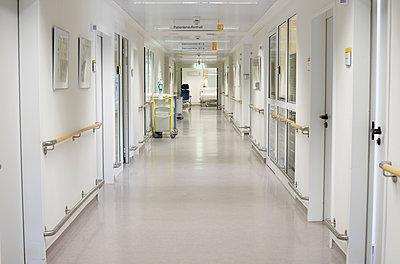 Germany, Freiburg, View of empty hospital corridor - p300m2213698 by Heinz Linke