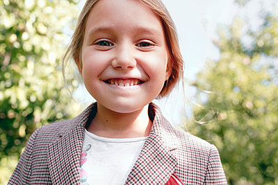 Smiling girl in casuals at orchard - p300m2275631 by Katharina Mikhrin