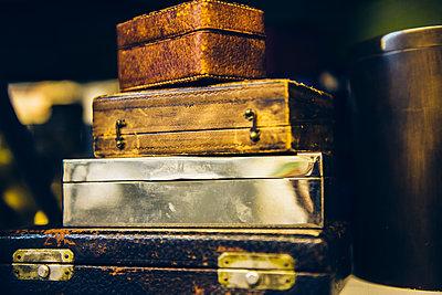 Schatullen und Koffer - p988m1440900 von Rachel Rebibo
